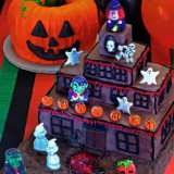 Delight your little tricksters with this Halloween jack-o-lantern cake.
