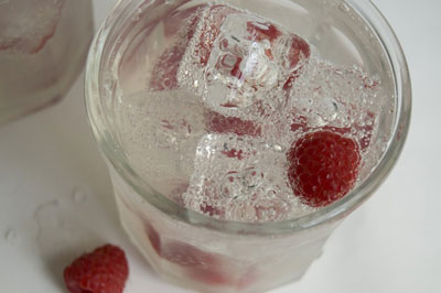 Artificial acrylic cubes make this drink appear more refreshing. [Credit: Focal length: 55mm, Shutt