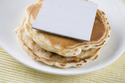 Use cardboard to separate the layers of pancakes or burgers. [Credit: Focal length: 52mm, Shutter s
