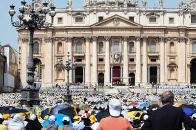 Hundreds of Catholics standing in front of St. Peter's cathedral.