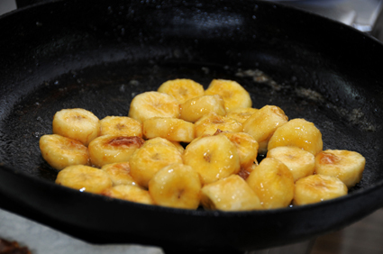 "Frying the bananas enhances the flavor. [Credit: <i/></noscript>©yula 2008]""/> <div class="