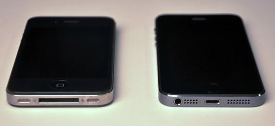 The bottom side of the iPhone 4s (left) and the iPhone 5s (right).